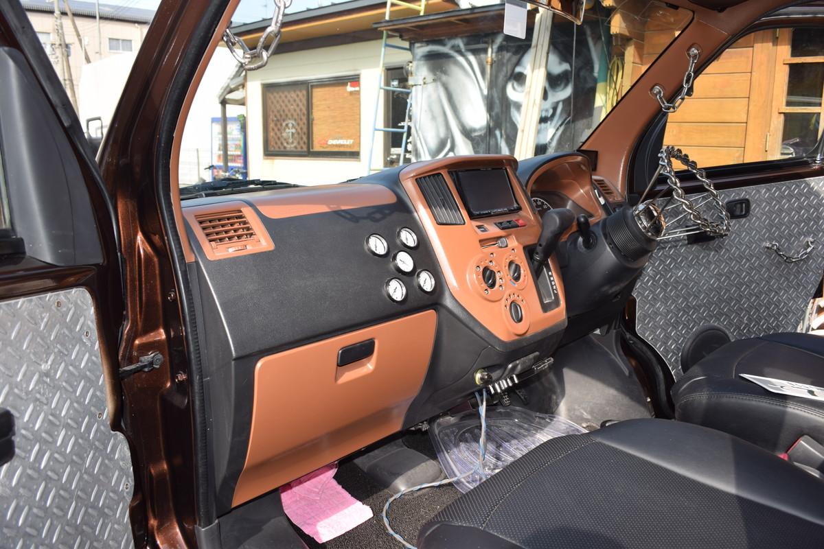 エアサスのメーター類は助手席側のダッシュボードに埋め込み、スイッチ類はAshtrayに引き込んだ。