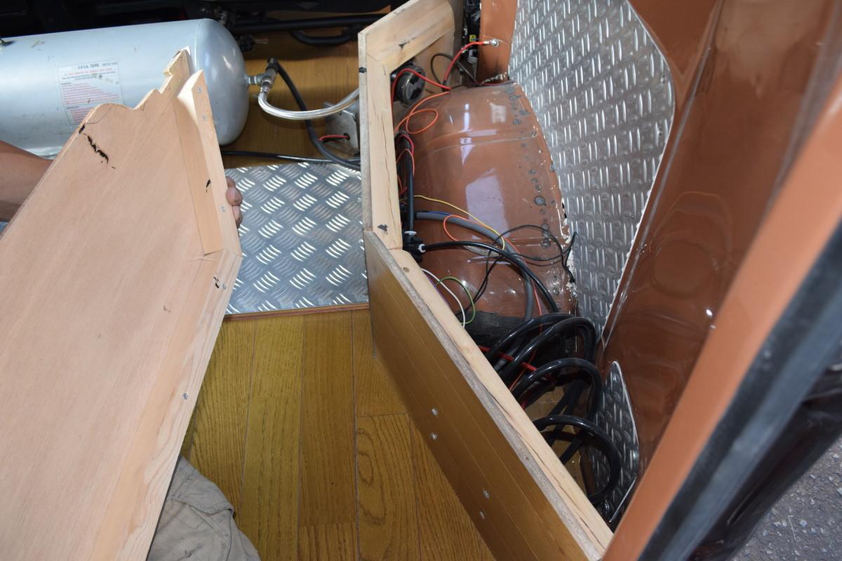 電磁弁はラゲッジスペース内に収納。